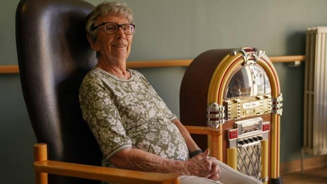 """WZC Zonnetij zet oude voorwerpen voor het raam voor mensen met dementie: """"De herinneringen komen spontaan naar boven"""""""