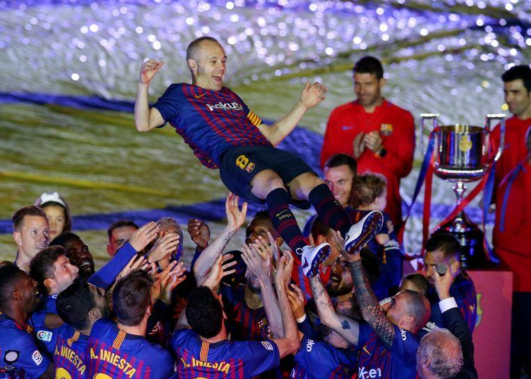 Iniesta wordt op handen gedragen na zijn laatste match voor Barcelona.