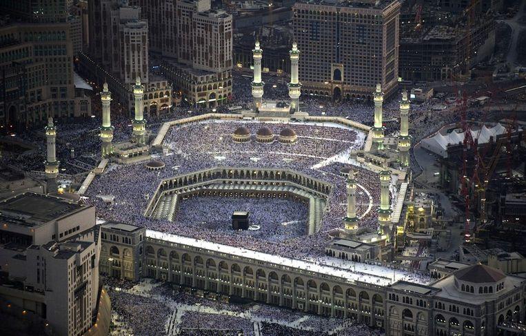 Topdrukte bij de Grote Moskee in Mekka met in het midden de Kabaa, het centrale heiligdom van de islam. Archiefbeeld. Beeld EPA