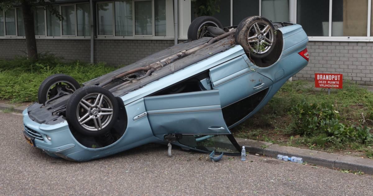 Auto belandt door botsing op dak in Boxtel, bestuurder naar ziekenhuis gebracht.