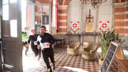 Loop door historische gebouwen tijdens City Trail van Lions Club Oudenaarde