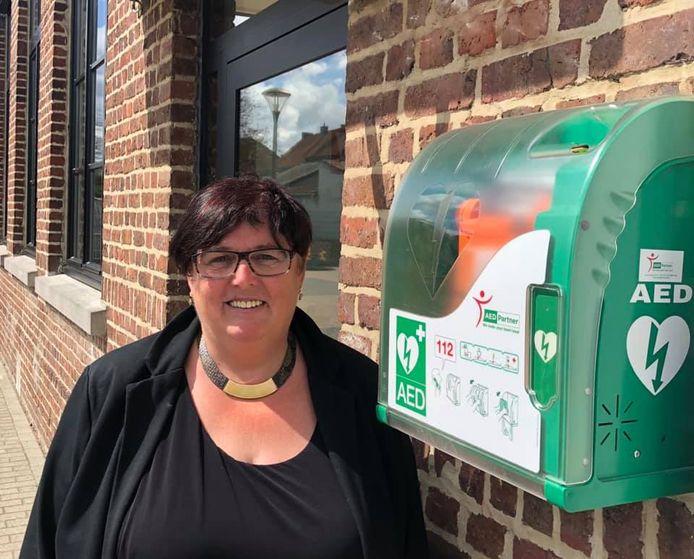 Hilde Holsbeeks aan de nieuwe AED-toestellen.