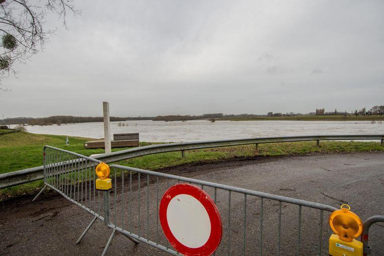 De Halstraat werd afgesloten omdat een deel ervan onder water staat.
