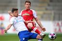 Schalke 04-spits Klaas Jan Huntelaar (links) in duel met SC Freiburg-verdediger Dominique Heintz.