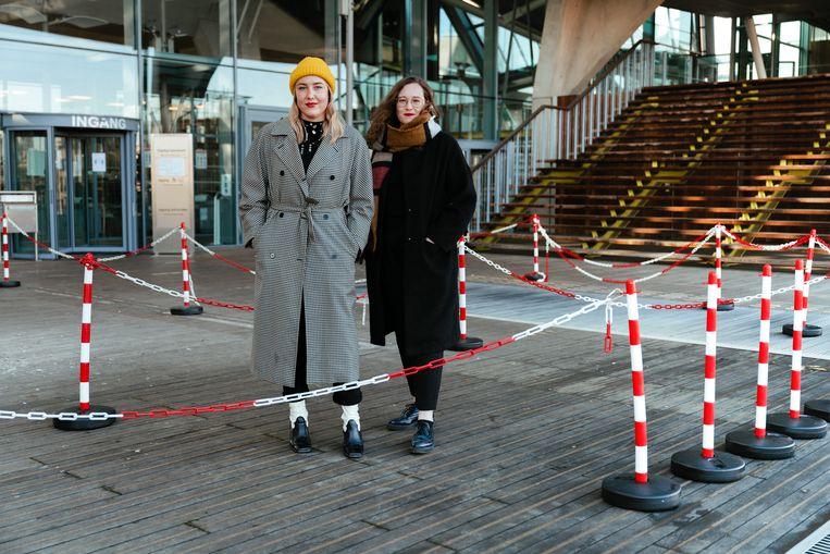 Laura Vandenbroeck en Silke Scheerlink, makers van de podcast 'De volksjury'.  Beeld Damon De Backer