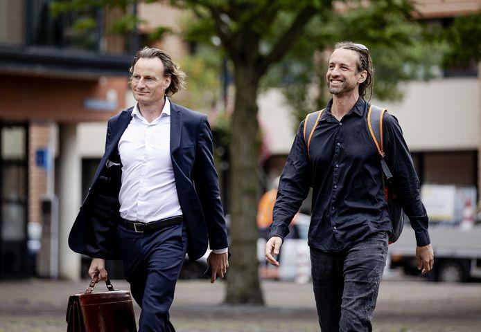 Jeroen Pols (links) en voorman Willem Engel arriveren bij de rechtbank voor het kort geding van Viruswaarheid tegen het RIVM en de Staat. Pols is de huisjurist van de actiegroep.