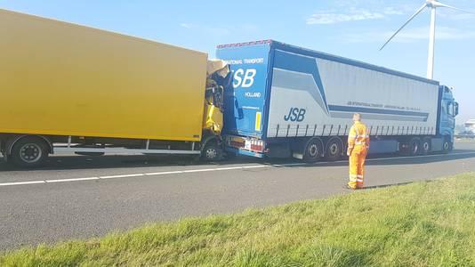 In de file op de A15 botste een vrachtwagen op een andere vrachtwagen.