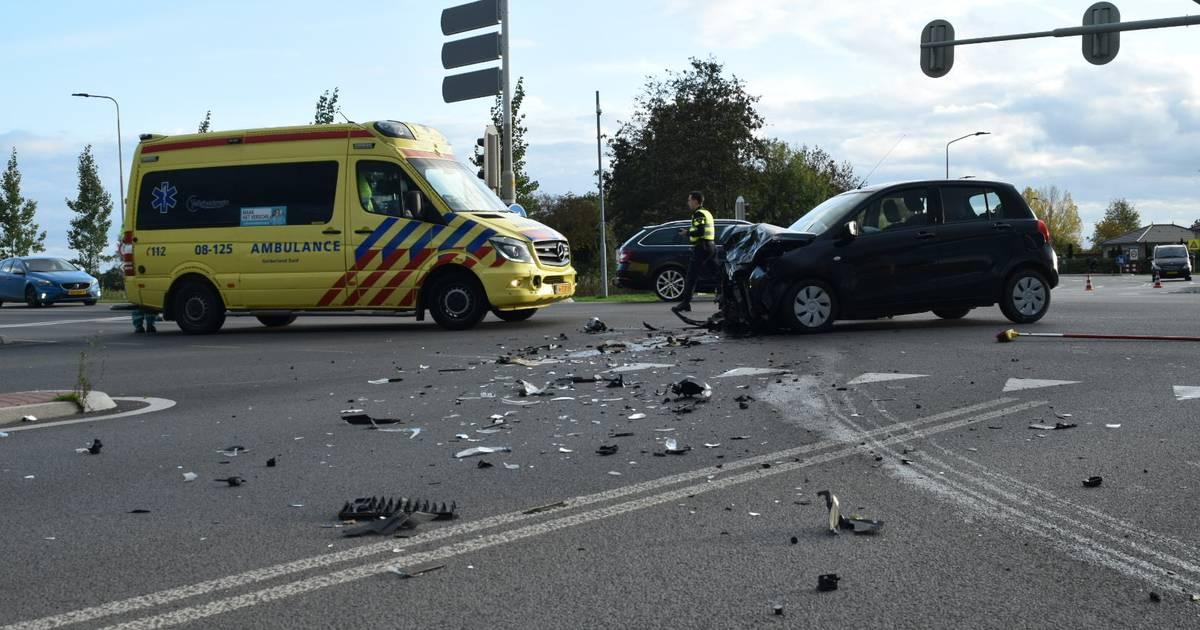 Gewonde bij ongeval op kruising in Zaltbommel, flinke ravage op weg.