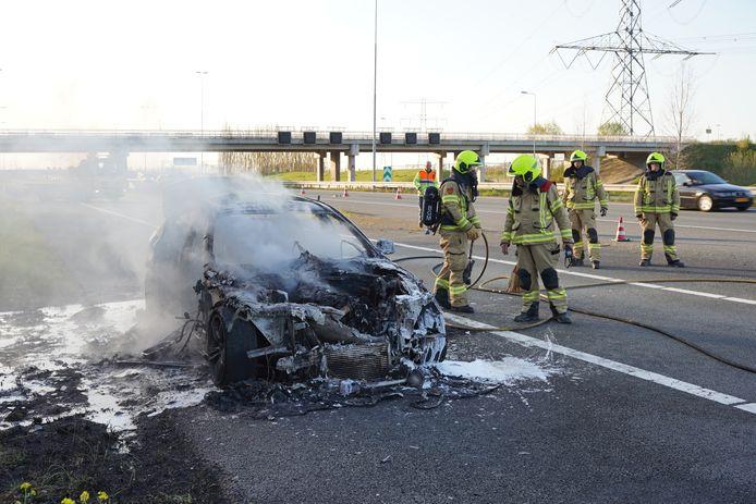 Op knooppunt Valburg is een auto uitgebrand. Medewerkers van Rijkswaterstaat noteerden nummerborden van automobilisten die door de berm reden.