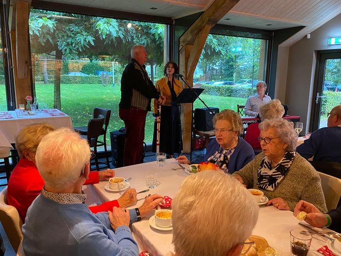 Jos Otterloo ziet zijn kans schoon en zingt samen met Marianne van Oorschot 'Droomland' onder begeleiding van Chris de Haas.