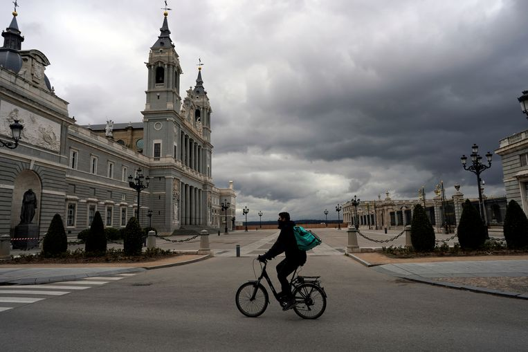 Eenzame fietskoerier maandag in hartje Madrid. Beeld REUTERS