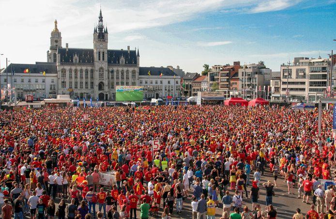 Vele duizenden fans kijken naar de Rode Duivels op groot scherm, tijdens het WK voetbal in 2014.