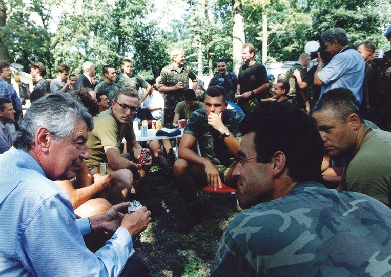 Premier Kok praat met VN-militairen in het VN-Kamp Pleso in Zagreb, 23 juli 1995. Beeld ANP