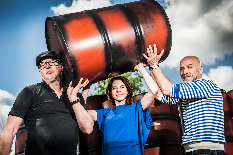 Stijn Meuris, Francesca Vanthielen en Nic Balthazar, gezichten van de vzw Klimaatzaak.  Beeld Marco Mertens
