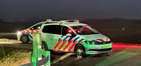 Jonge mannen ontsnappen aan politie bij coronafeest in Biddinghuizen: 'Het was een kat- en muisspel'