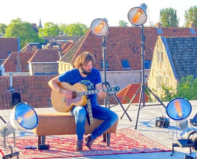 Hendrik Jan Bökkers op het dak van Mimik.