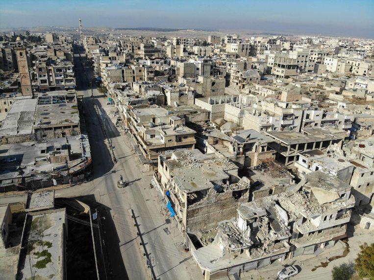 Beelden gemaakt door een drone toont lege straten en kapot geschoten gebouwen in Maarat al-Numan  Beeld AFP