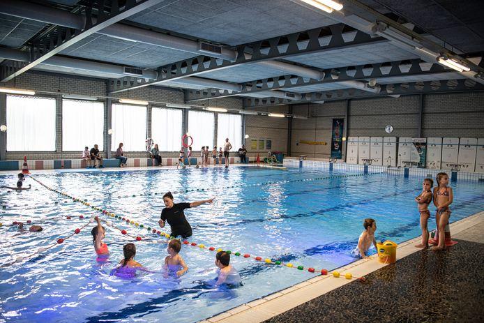 Zwemles in De Meerval. Het zwembad is gedateerd. Er is nu een plan voor een flinke renovatie.