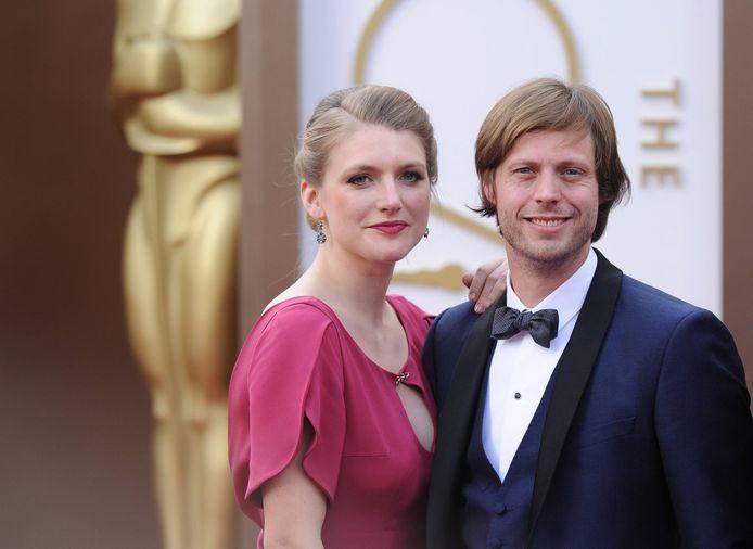 Felix van Groeningen en zijn vriendin en actrice Charlotte Vandermeersch op de rode loper van de 86ste editie van de Oscars.