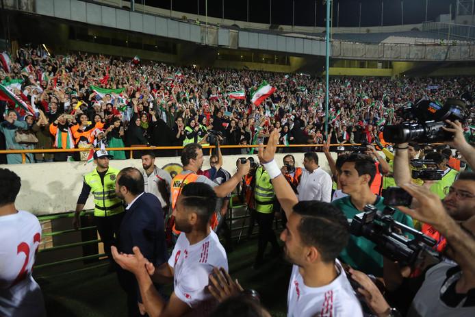 De spelers van Iran bedanken de vrouwelijke fans na de 14-0 zege op Iran.