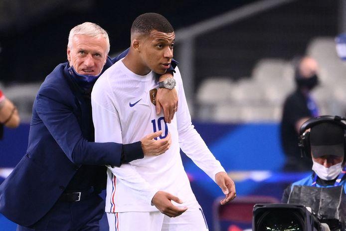 Frans bondscoach Didier Deschamps knuffelt zijn goudhaantje Mbappé.