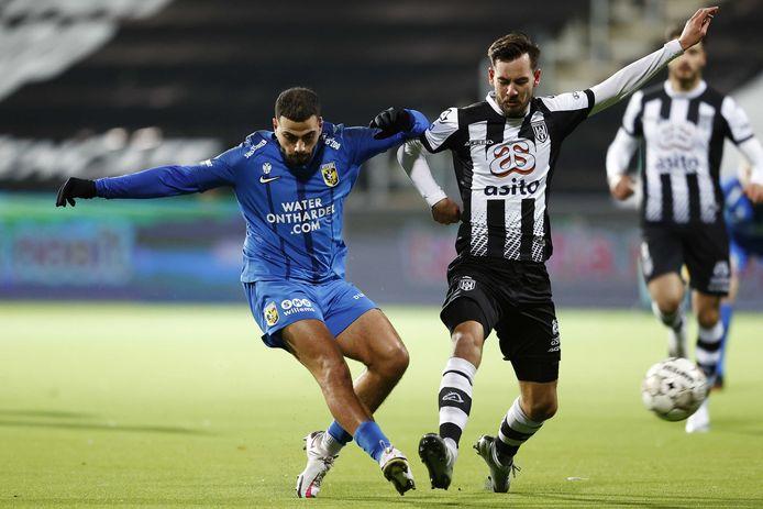 Oud-Heraclied Oussama Tannane  keerde terug in Almelo. Hier gaat hij het duel aan met de Almelose middenvelder Orestis Kiomourtzoglou.