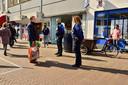 Burgemeester Pierer Verhoeve doet boodschappen tijdens de warenmarkt met op de achtergrond de gevel van het Etos-pand. Archieffoto.