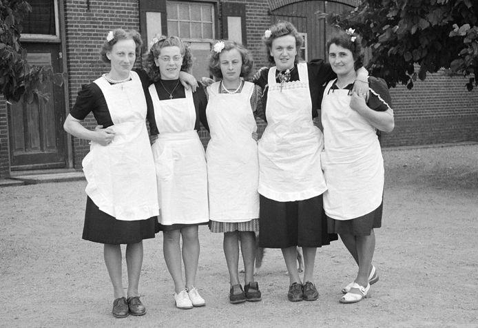 De bediening bij de bruiloft van bruidspaar Van Kilsdonk-Klaazen in Haren (1948) was in handen van de dames Hol, Wijnakker, Hoefnagel, Klaazen en v.d. Rijt