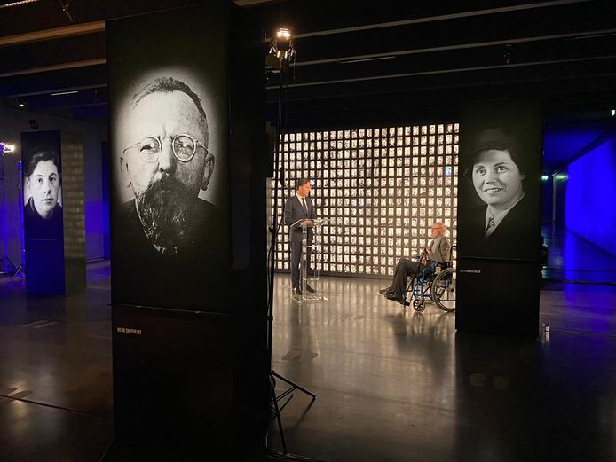 Demissionair premier Mark Rutte en Van Houwelingen (97) verrichten samen de officiële opening van het nieuwe ondergrondse museum van Kamp Amersfoort.