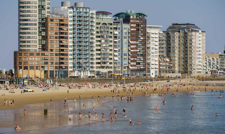 Bezoekers op het strand op Hemelvaartsdag. Vanwege het mooie weer trekken mensen op hun vrije dag richting de Nederlandse stranden.  Beeld ANP