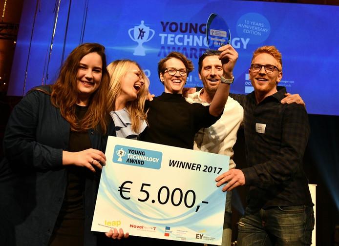 Willemijn Schneyder (midden) met de prijs voor haar SwipeGuide.