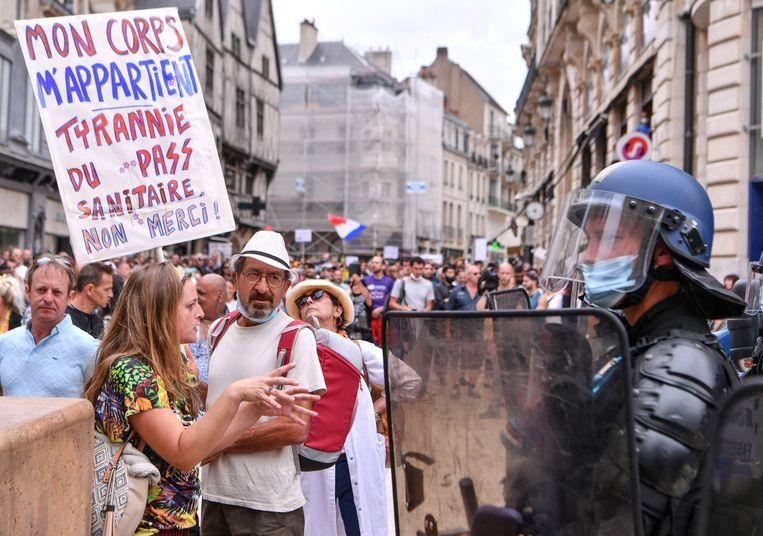 Demonstranten in Dijon betogen tegen de nieuwe coronamaatregelen.  Beeld AFP