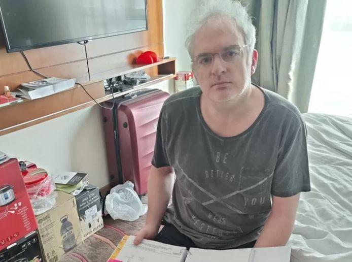 Johan Daumerie (49) zit al ruim een jaar vast in zijn hotelkamer in Dubai.