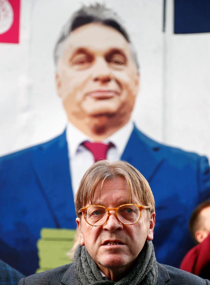 Guy Verhofstadt voor een mobiel billboard met een foto van de Hongaarse president Viktor Orban aan het Europees Parlement in Brussel eerder deze maand.