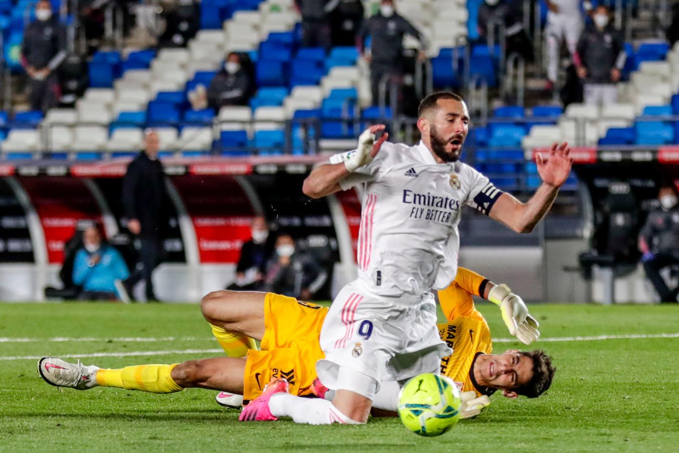 Karim Benzema gaat naar de grond, maar de penalty gaat niet door.