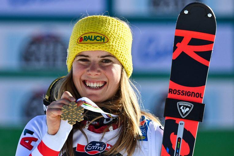 Katharina Liensberger poseert met haar medaille.  Beeld AFP