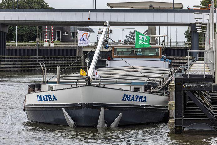 Binnenvaartschip Imatra zoals het nu voor anker ligt in Zwolle.