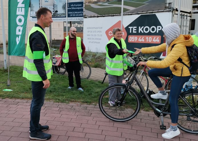 Groen Bredene geeft een fietser wat uitleg over de actie.