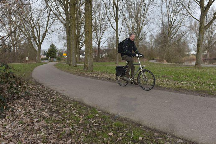 Het nieuwe, brede snelfietspad dat aangelegd wordt langs de vijver bij de Eindhovense wijken Hanevoet en Ooievaarsnest is omstreden in de buurt.