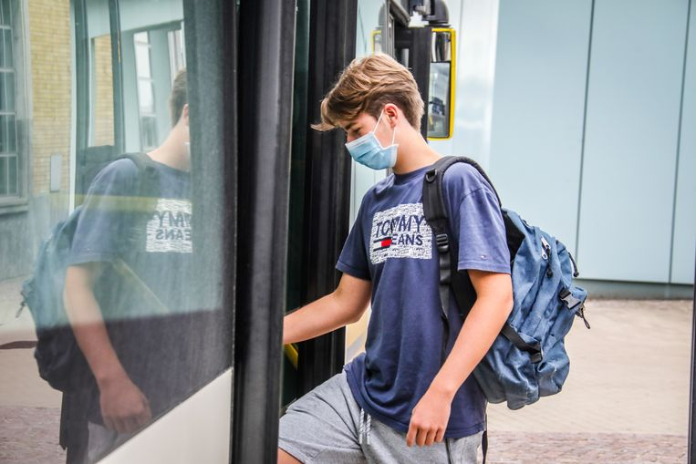 Ook al zijn mondmaskers verplicht op het openbaar vervoer, toch vrezen veel ouders dat hun zoon of dochter er besmet zal raken met het coronavirus. Beeld Benny Proot