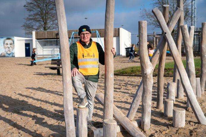 """De 65-jarige Willy Evers uit Gendt zorgt er samen met een groep vrijwilligers voor dat sportpark Walburgen in Gendt een tweede leven krijgt. ,,Je komt niet alleen om te zwemmen."""""""
