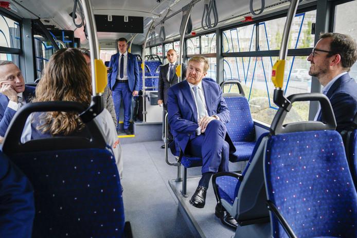Koning Willem-Alexander in de bus.