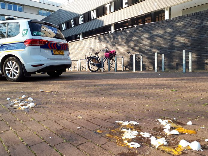 Wederom werd het gemeentehuis van Oss besmeurd met eieren. Bijna een jaar na het tragische overlijden van Arie den Dekker uitte diens zoon zijn ongenoegen over de resultaten van het onderzoek naar het handelen van de gemeente.