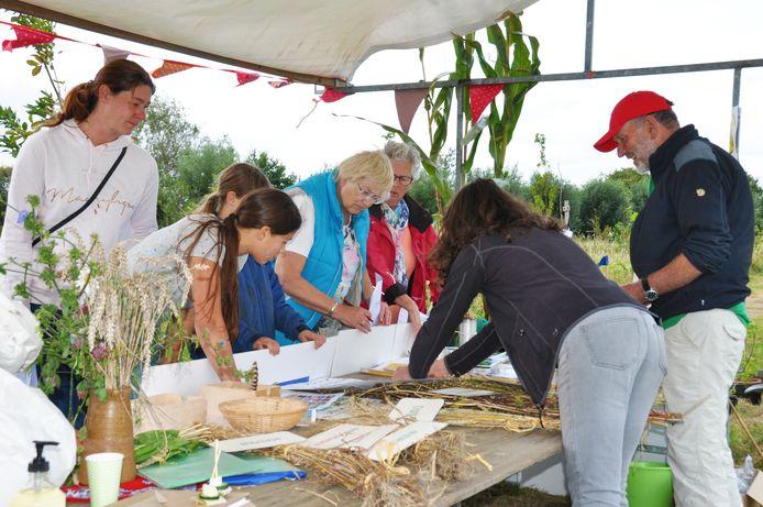 In de stand van Agrarische Natuur Vereniging Slagenland kregen mensen van Jos de Bont (rechts) en Ria Boons uitleg over natuurbeheer, maar ook over producten waarin bekende grondstoffen worden gebruikt.