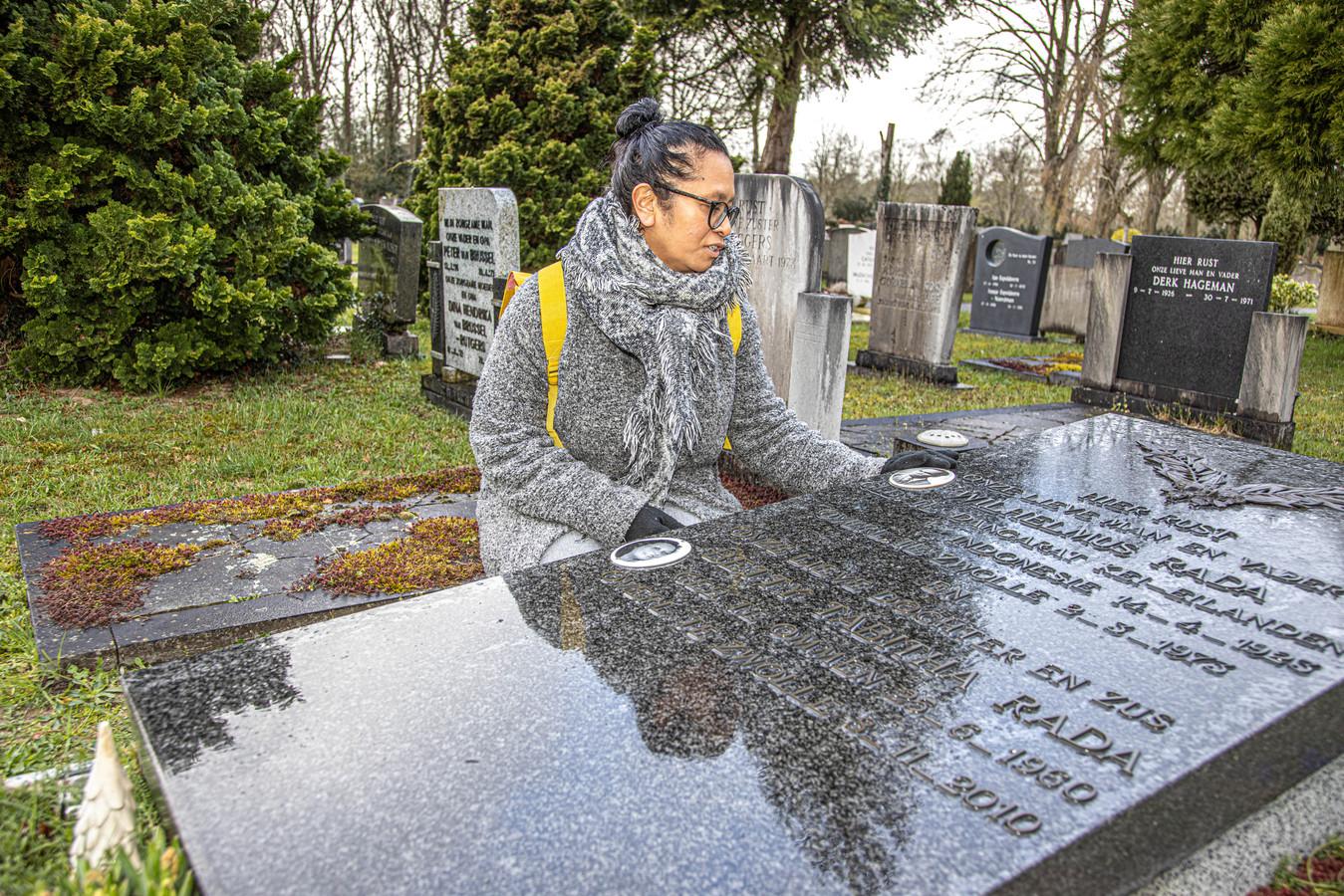 Dayenne Beroeatwarin bij het graf van haar opa op Bergklooster in Zwolle. Samen met een werkgroep pleit de Zwolse Molukse voor een bijzondere historische status voor graven van voormalig KNIL-militairen.