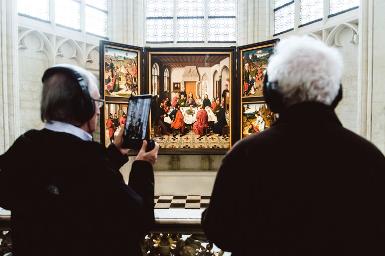 Het meesterwerk Het laatste avondmaal is weer in vol ornaat te zien in de Sint-Pieterskerk. Een iPad leert de bezoeker dingen bij over de aanwezige werken. Beeld Francis Vanhee