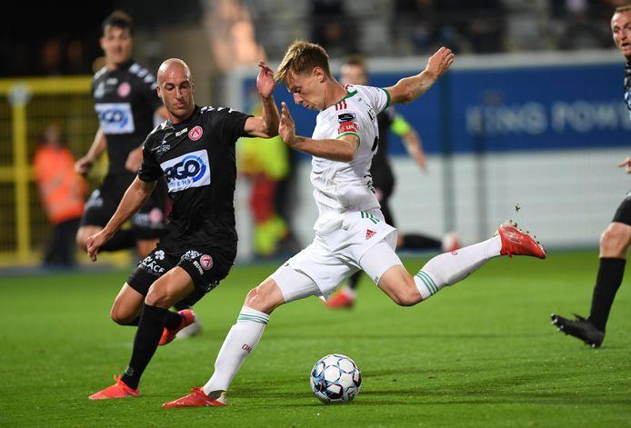 Duel tussen Gilles Dewaele en Mathieu Maertens, allebei opgeleid bij Cercle Brugge, tijdens OHL-KVK van vorige zondag. Leuven scoorde de winning-goal toen Dewaele voor blessurebehandeling naast de lijn stond.