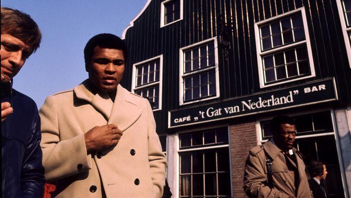 Muhammed Ali loopt met Ruud ter Weijden over de Volendamse dijk.