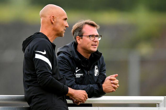 Johannes Spors (rechts) in gesprek met Vitesse-trainer Thomas Letsch.