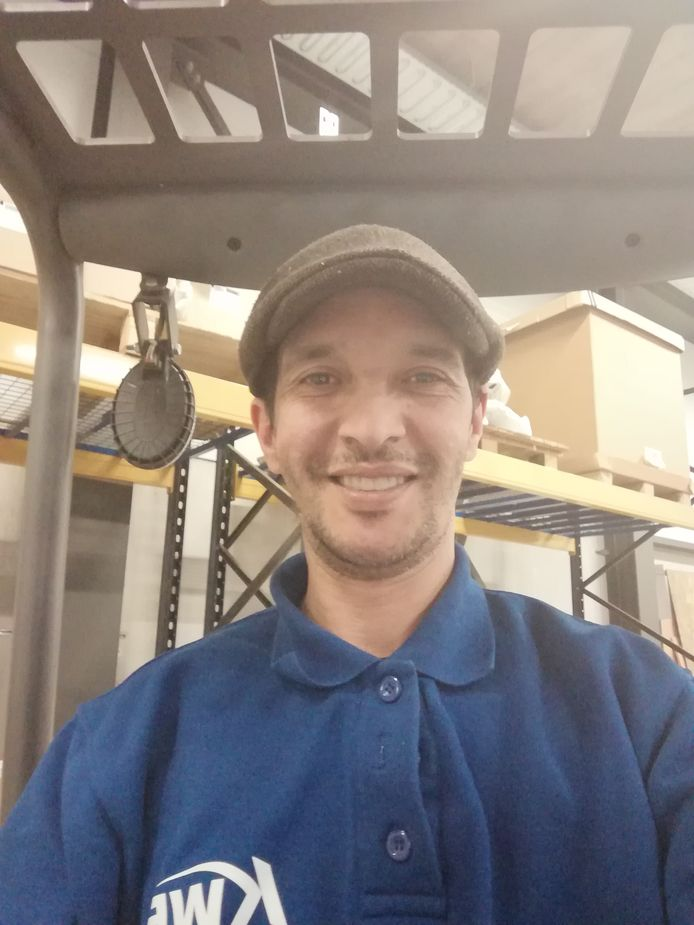 Logistiek medewerker Mohamed Naaimi is blij dat hij nog kan werken. Ook heeft hij twee computers weggegeven.